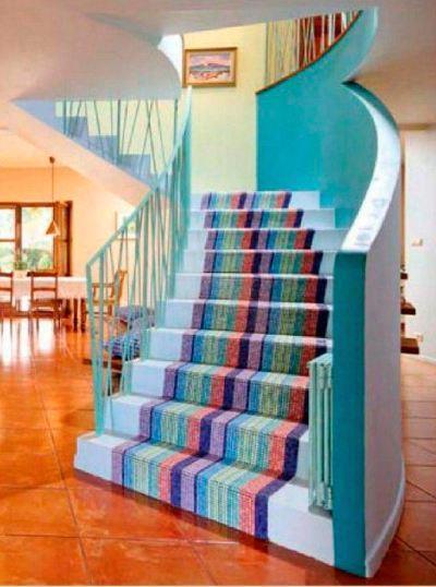 Для отделки ступеней лестницы использована керамическая плитка различных цветов, напоминающая разноцветную ковровую дорожку