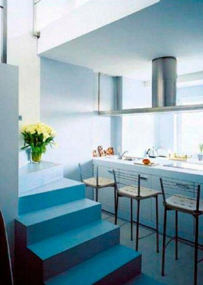 Бетонная лестница, покрашенная краской, является нейтральным элементом в интерьере