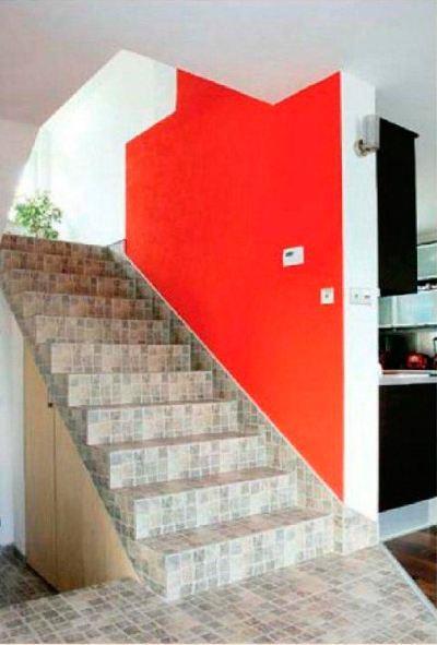 Мозаичная керамическая плитка используется для ступеней и подступенков, а также для напольного покрытия лестничного холла