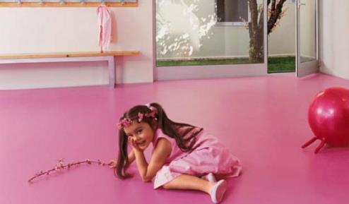 Яркий натуральный линолеум в детской