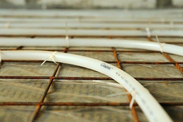 Крепление трубы к армирующей сетке