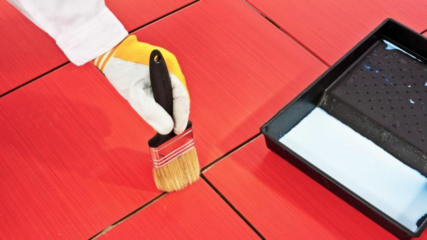 Перед нанесением затирки, швы между плиткой необходимо продезинфицировать специальным раствором