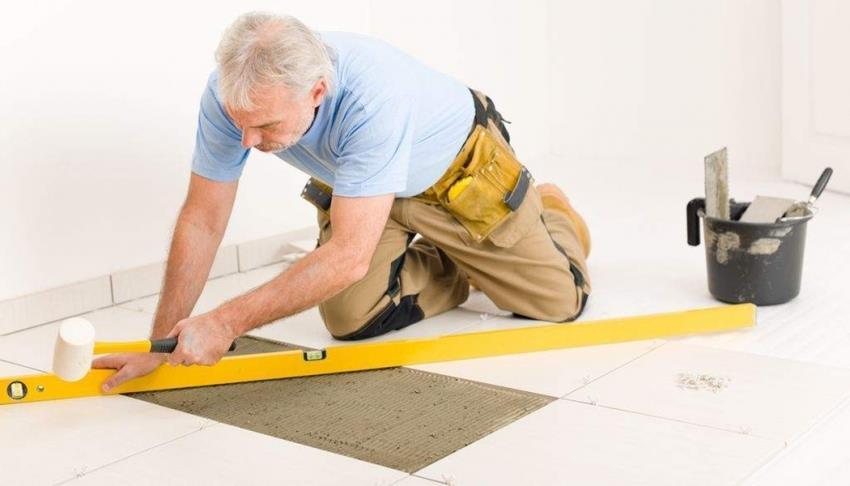 Если ремонт полового покрытия необходимо произвести в кратчайшие сроки, лучше вызвать специалистов по укладке керамической плитки