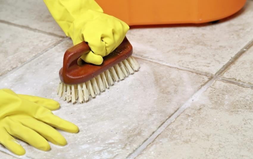 Для того, чтобы в швах напольной плитки не размножались микроорганизмы и грибки, стоит регулярно дезинфицировать поверхность