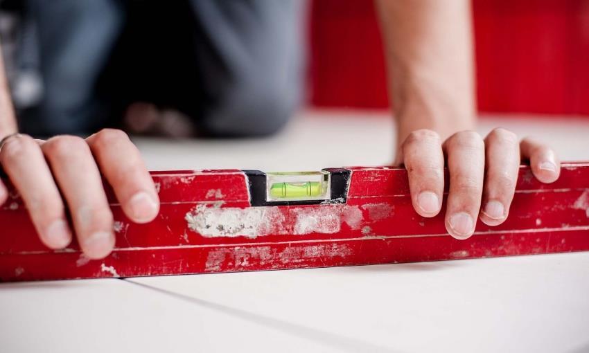 После проведения работ по монтаже плитки необходимо повторно проверить уровень укладки