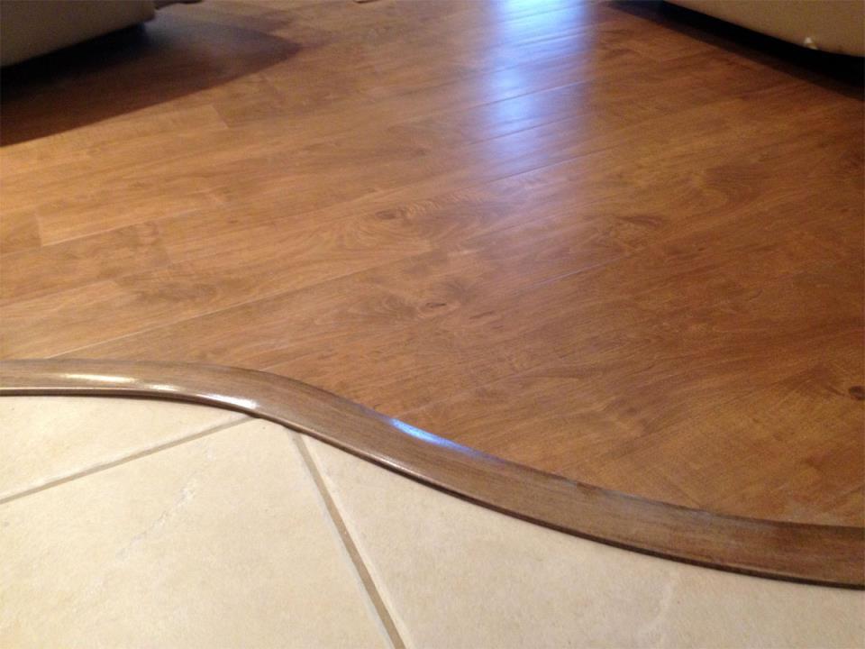 пример использования гибкого порога для ламината и плитки в отделке дома