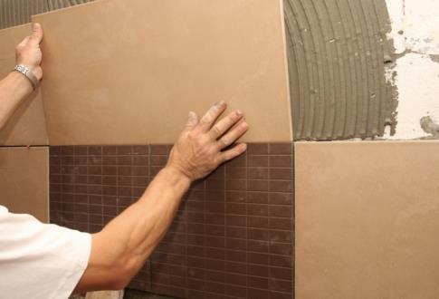 Укладываем плитку на стену