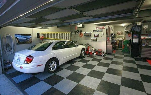 Плитка ПВХ используется в коммерческих гаражах и на СТО, где нагрузка значительно выше