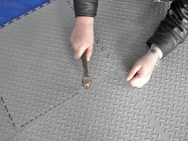 """Укладка резинового модульного пола - соединение замков """"ласточкин хвост"""""""