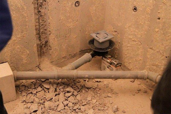 Этап 1: Установка трапа и подключение к канализационному выпуску