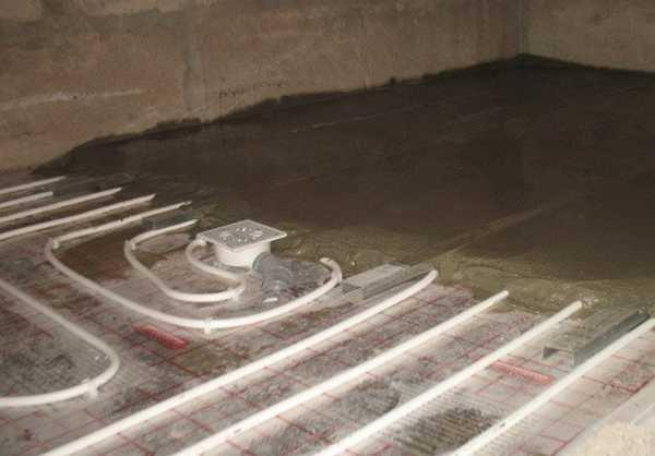 Закончив укладку и подсоединение труб все заливают слоем 5-6см раствора