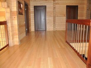 Половая доска в интерьере деревянного дома