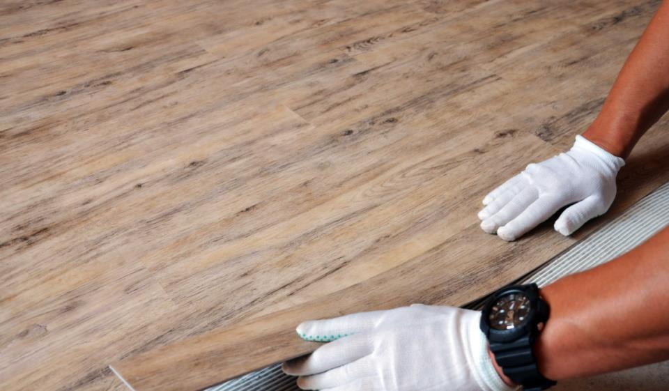 Монтаж кварц-виниловой плитки