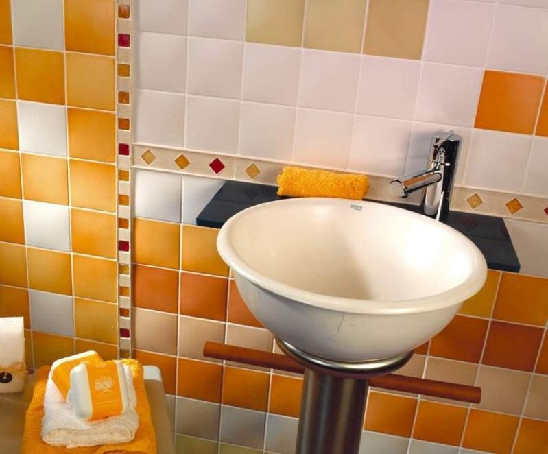 Для облицовки стен в небольшом помещении лучше всего подбирать керамическую плитку средних размеров
