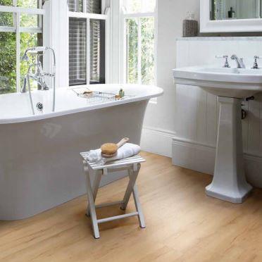 Виниловый ламинат Polyflor Camaro Loc в ванной комнате коттеджа
