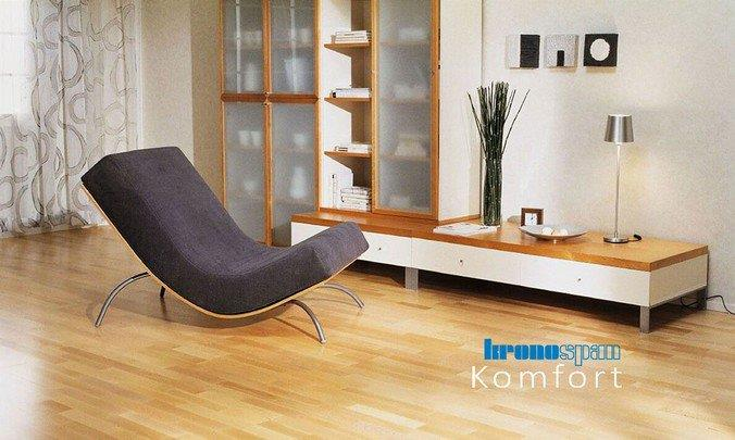 Ламинат из коллекции Komfort от Кроношпан в интерьере гостиной в минималистическом стиле