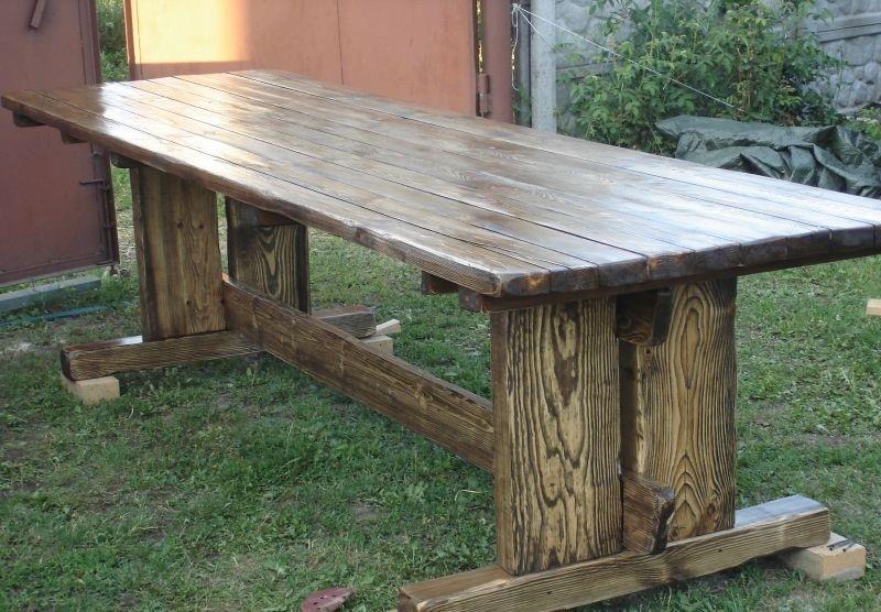 Покрашенный лаком стол