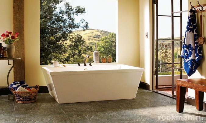 Водостойкая плитка ПВХ с декором под камень в интерьере ванной комнаты