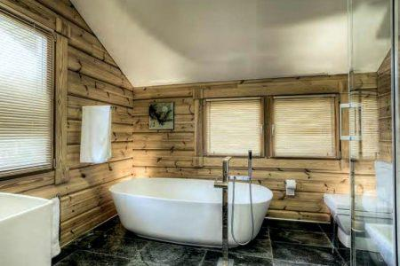 Готовая ванная комната в деревянном доме