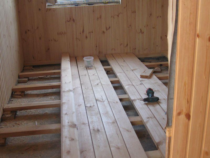 Сборка деревянного пола начинается с установки лаг