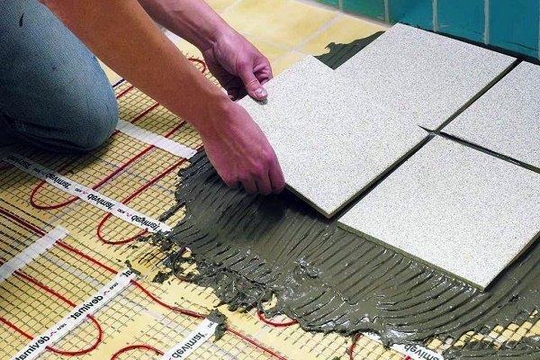 Шаг 4: Укладка напольной плитки по обогреву