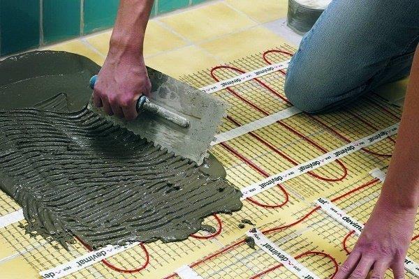 Шаг 3: Нанесение клеящего раствора под плитку