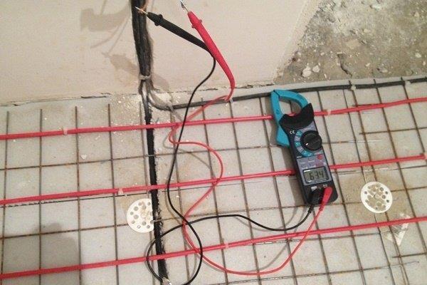Проверка напряжения электросистемы перед стяжкой