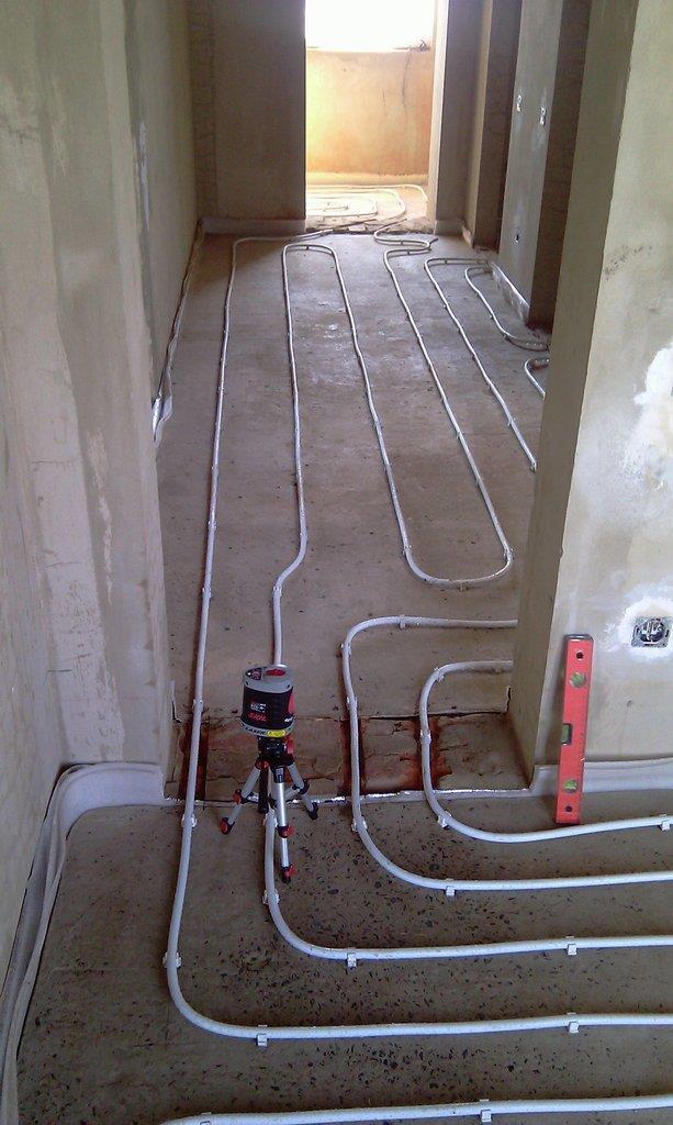 Раскладка водяного теплого пола в коридоре