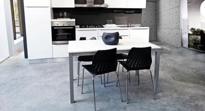 Декоративный бетонный пол на кухне