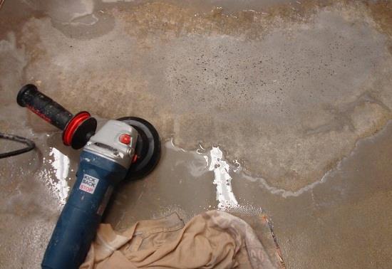 Избавится от небольших бугров на бетонном полу можно с помощью болгарки со специальной насадкой для шлифовки бетона.