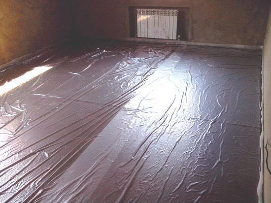 Для защиты ламината от избыточной влажности и пыли применяют полиэтиленовую пленку толщиной 0,2 мм. Пленку расстилают на пол с нахлестом 15-20 см между полосами и 5-10 см на стены.