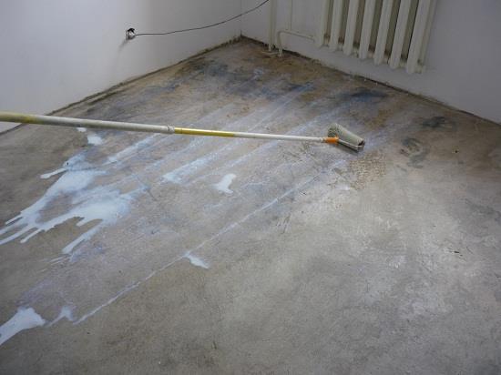 Важный подготовительный этап при укладке ламината на бетонный пол является очистка и грунтовка пола. Грунтовка укрепит поверхностный слой и будет препятствовать пылеобразованию.