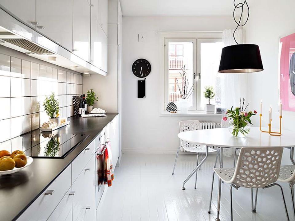 красивый белый пол в интерьере кухни