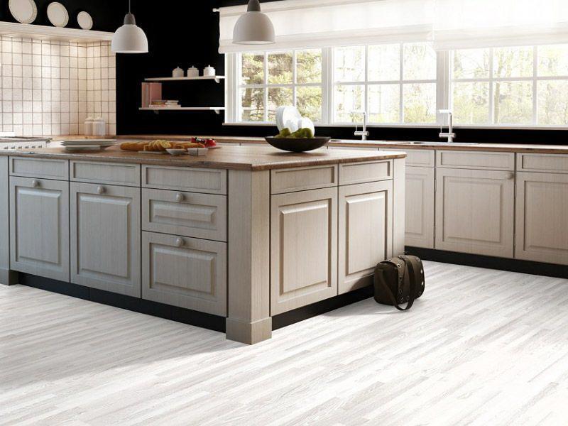 Белый ламинат в интерьере кухни