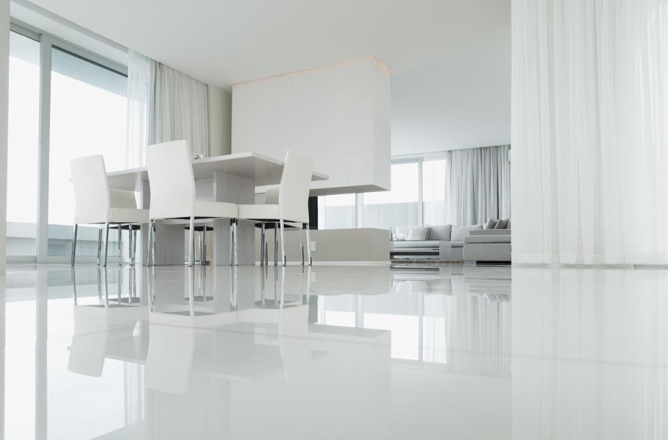 яркий белый пол в интерьере гостиной
