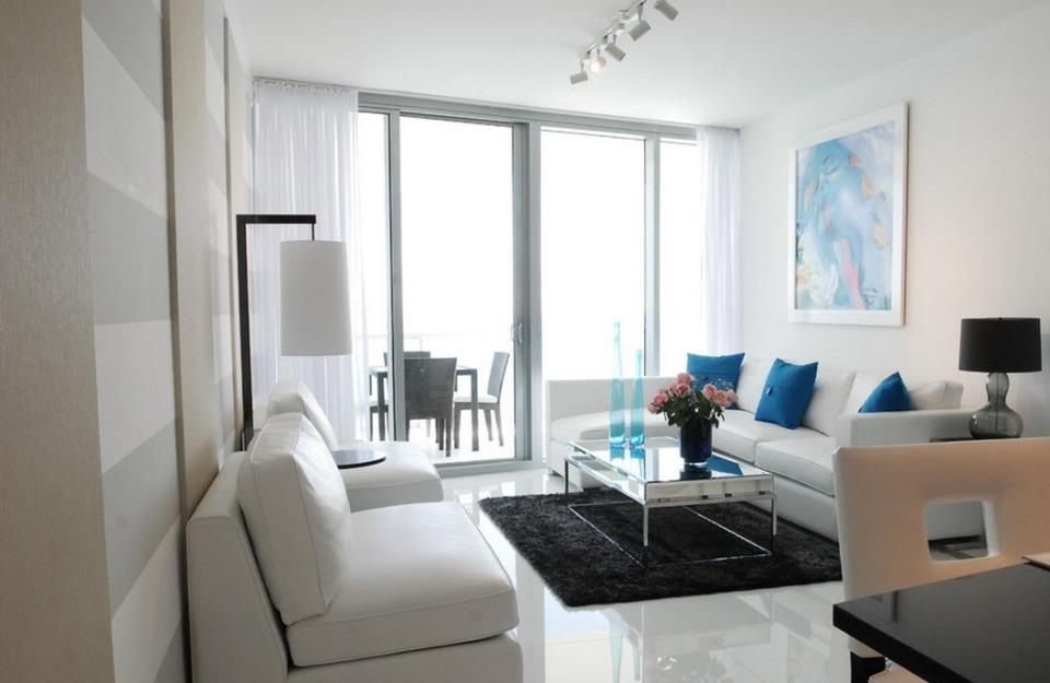 Уютный интерьер комнаты с применением белого ламината