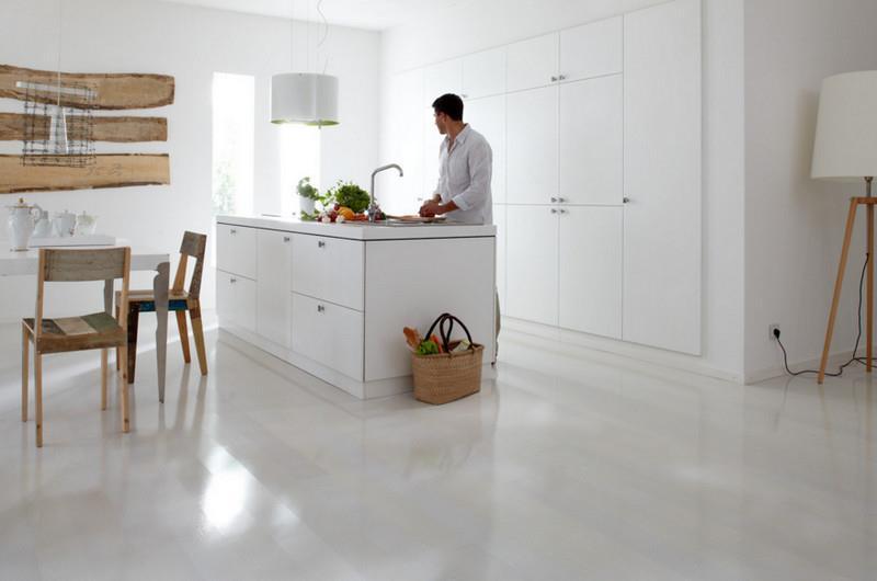 Глянцевый белый ламинат в интерьере квартиры сейчас очень популярен