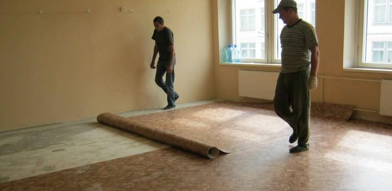 Для более качественной укладки, линолеум должен отлежаться на полу помещения в разложенном виде не менее 24 часов