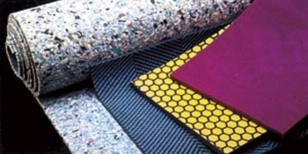 Подложка под ковролин — это изоляционный материал, применяющийся для исключения возможного соприкосновения полотнища с черновым основанием