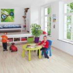 Светлый ламинат в детской комнате