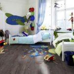 Темная поверхность современного ламината для детской комнаты