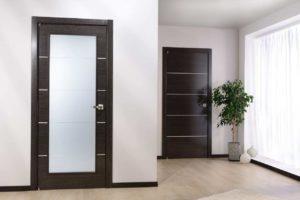 Нейтральные цвета двери и ламината