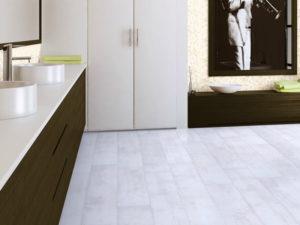 Белый ламинат в ванной
