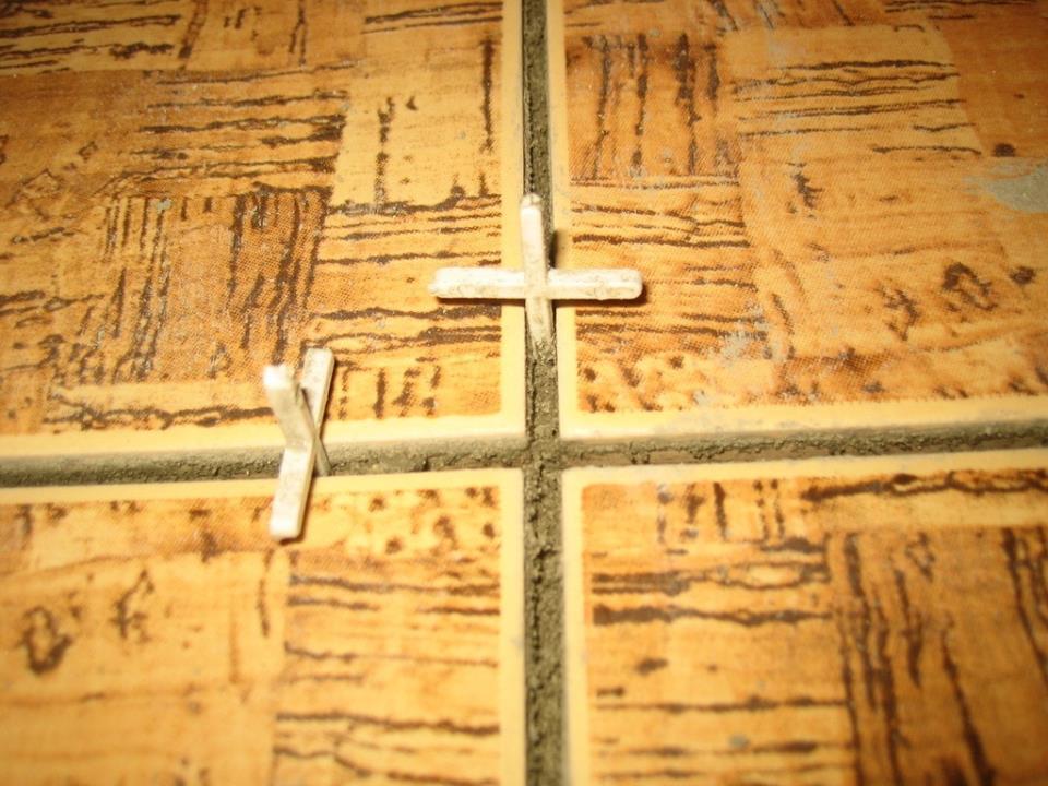 Как положить плитку на пол. Использование крестиков