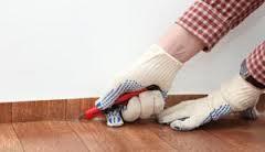 Излишки линолеума можно убрать строительным ножом