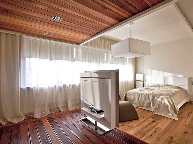 Потолок из паркета в спальне