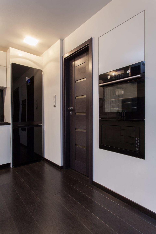 Двери одинакового цвета с ламинатом