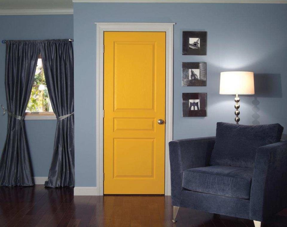 Белые плинтуса и яркая дверь