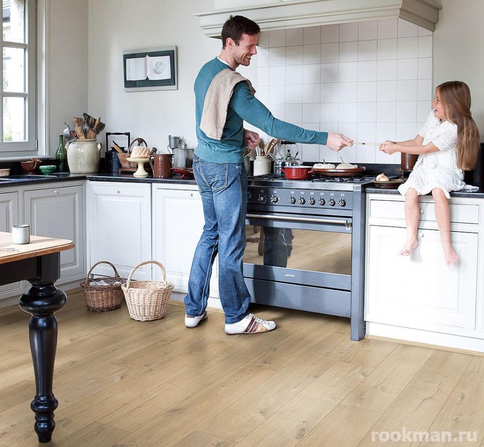 Фото интерьера кухни с влагостойким ламинатом 33 класса Quick Step