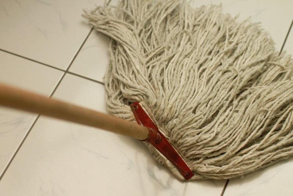 Для того чтобы отмыть напольную плитку, можно использовать несколько средств, включая жидкость для мытья санузлов, соляную кислоту или же жидкость для очистки стекол